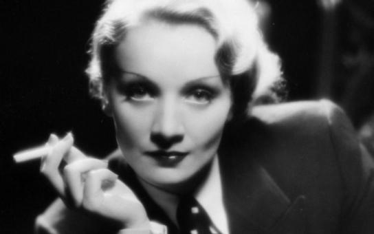 Krutý soumrak zbožňované herecké legendy. Posledních patnáct let svého života protrpěla v posteli, zcela osamělá. Tajnosti slavných