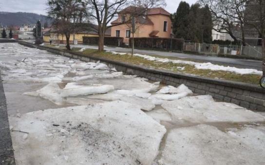 Ledový příkrov Bečvy se letos podařilo dostat z Hranic bez větších problémů. Zazlobila ale Velička. A navíc v noci