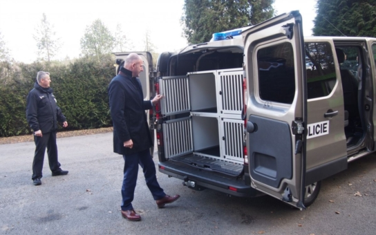Plzeňský kraj přispěl na pořízení vozidla pro služební psy. Speciálně vybavený automobil přepraví naráz čtyři čtyřnohé policisty