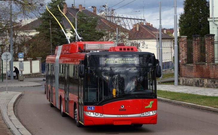 Trolejbusy ze Škody Eletric míří do Českých Budějovic. Dva nové vozy, vybavené klimatizací,  umějí jezdit i mimo trolejové vedení