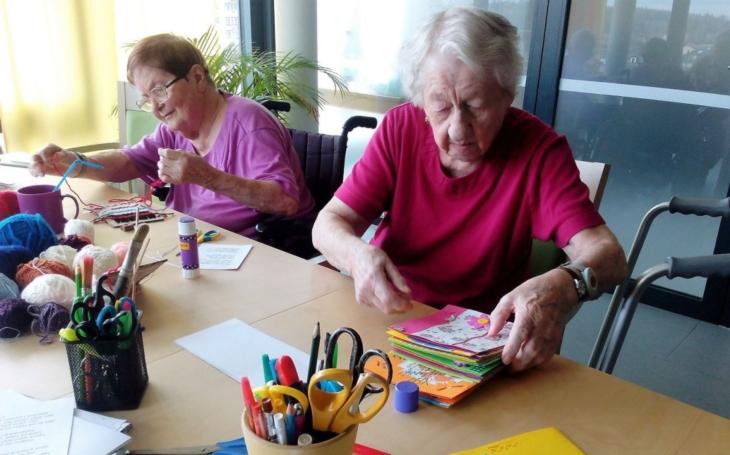 Oslava MDŽ? Pro starší lidi je důležitá. A zvlášť pro seniory a seniorky s diagnózou Alzheimerovy nemoci