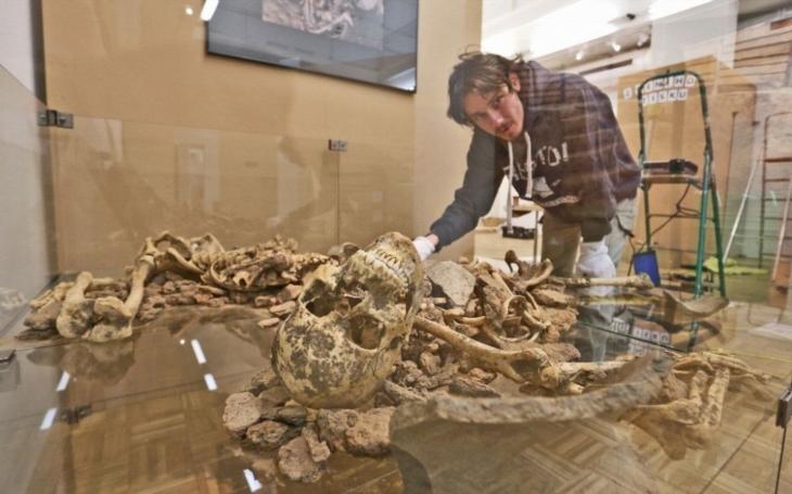 Víte, jak se pohřbívalo v době bronzové? Rituální hrob z Kunovic představí výstava ve Slováckém muzeu