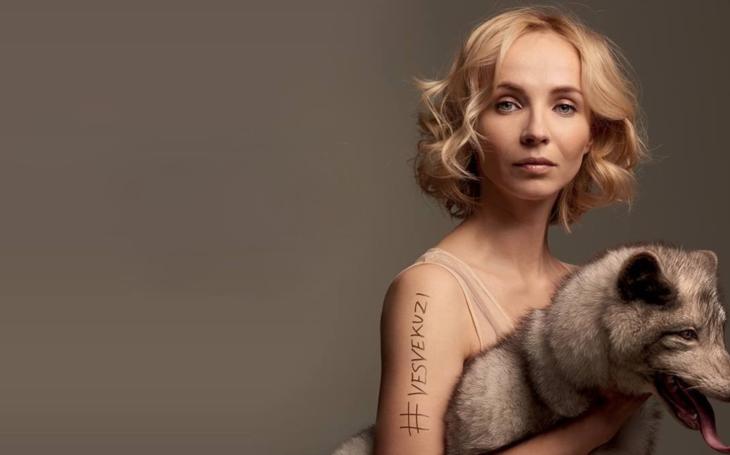 VIDEO jen pro silný žaludek. Jede v tom i Hrzánová a Solaříková, ale pouze Jana Plodková se kvůli tomu svlékla, prý  raději jen ve své kůži