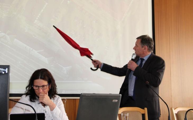 """Na Kotli se starostou podpořili občané společný projekt. """"Někteří zastupitelé vrazili kudlu do zad,"""" upozornil Jiří Čunek"""