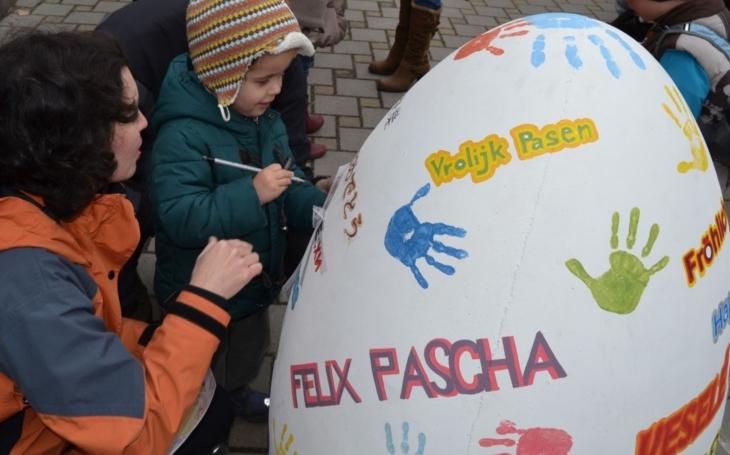 Hluboká opět přivítá jaro stezkou za obřími kraslicemi. Projekt přispěje na nákup vybavení pro dva těžce postižené chlapce