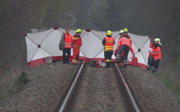 Vyfotily se na kolejích, pak se vzaly za ruce a vykročily proti vlaku. To není z filmu, takhle přišly o život dvě dívky na Mělnicku