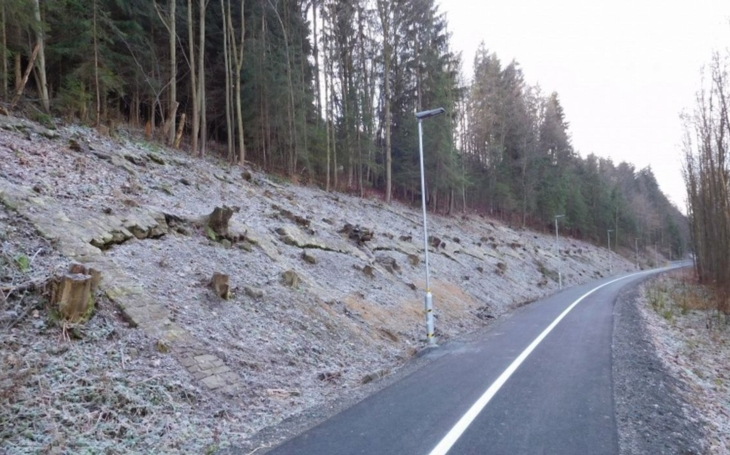 Tohle už je na basu! Neznámý vandal zničil a vyraboval LED lampy u vsetínské cyklostezky. Škoda je 75 000 korun