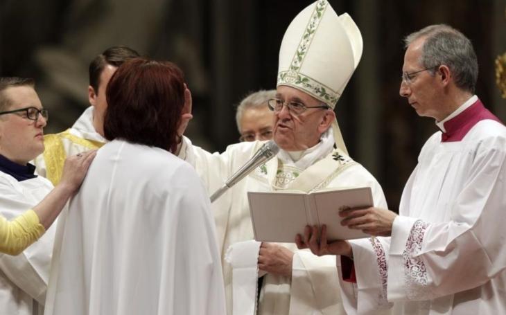 Tato žena se stala papežovou vyvolenou. Proč si František vybral zrovna ji? A stal se opět zázrak? Diskutéři si to ´vychutnávají´