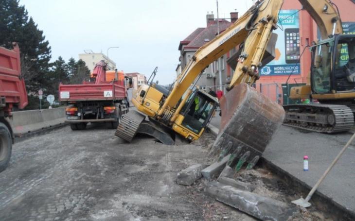 Zpříčený kombajn, propadlý bagr, nestabilní podloží – to jsou první dva týdny zahájení oprav průtahu Náchodem. Soudruzi z NDR zřejmě někde udělali chybu...