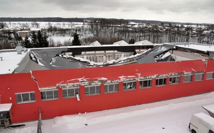 Příčina pádu střechy haly v České Třebové by měla být známa koncem května