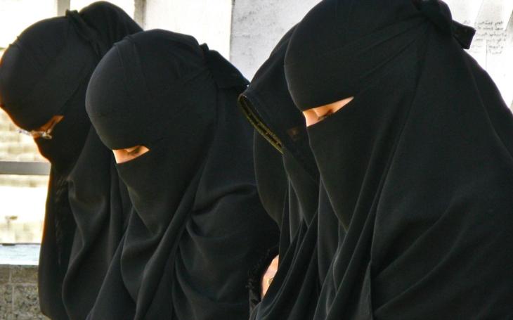 Sama nesmím ani jít nakoupit. Časopis přinesl článek o ženách v Saúdské Arábii. Ta pravá mela nastala až v diskuzi