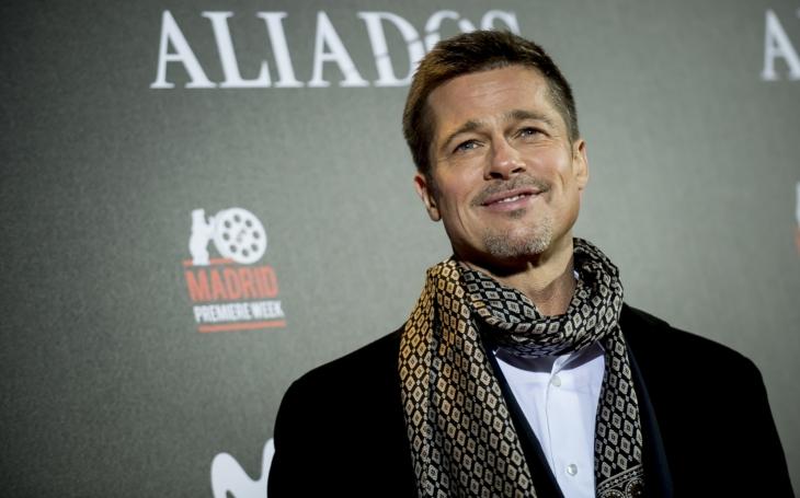 Je z Brada Pitta vychrtlá troska? Ouha, Angelino, budeš zklamaná. S jednou polonahou herečkou ho paparazzi načapali na pláži, s druhou…