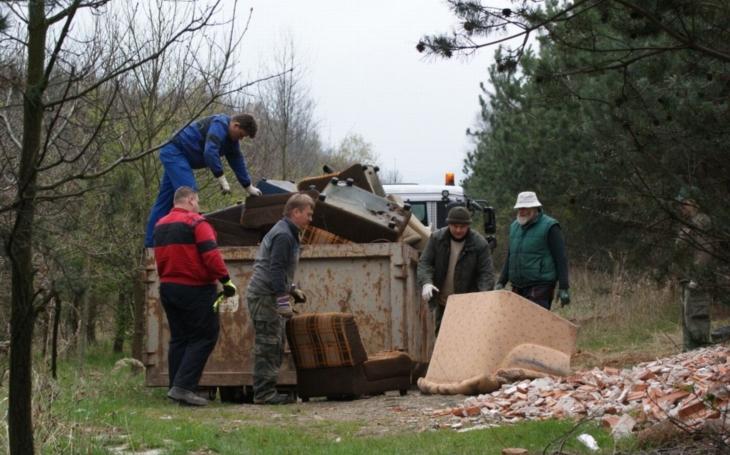 Myslivci uklidili po nepořádných řidičích. Na parkovišti a blízkém okolí bylo nasbíráno 1,34 tuny odpadu
