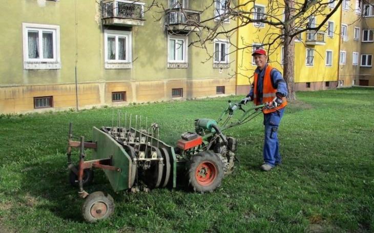 Počasí přírodě přeje, tráva roste jako zběsilá, a tak se ve Frýdku-Místku už kosí. Díky vyhlášce musí i všichni vlastníci veřejné zeleně