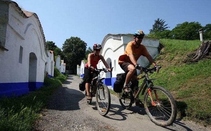 Policie bude zítra honit cyklisty s balónky a rozdávat pokuty až 50 tisíc! Zbláznili se, píše senátor. Oblíbená akce Na kole vinohrady Uherskohradišťska ohrožena