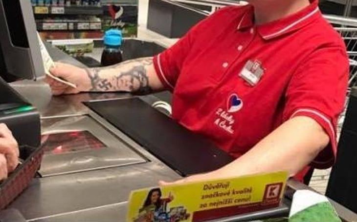 Kaufland už 'slavnou' potetovanou neonacistku vyhodil. Češi jsou ale mistři černého humoru a na internetu se strhla lavina. Chudák holka