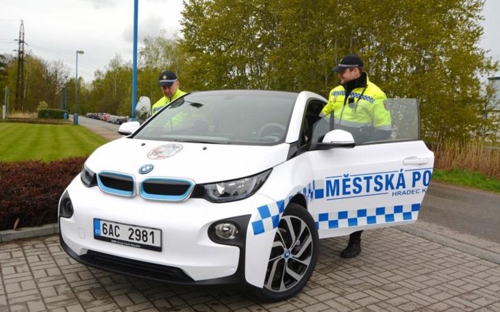 Půjčený elektromobil dočasně obohatí vozovou flotilu královéhradeckých strážníků. Zcela zdarma