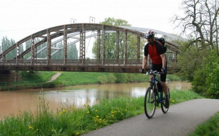 Stavba úseku cyklostezky z Hradec Králové do Pardubic začne letos. Hotová by měla být do roku 2020