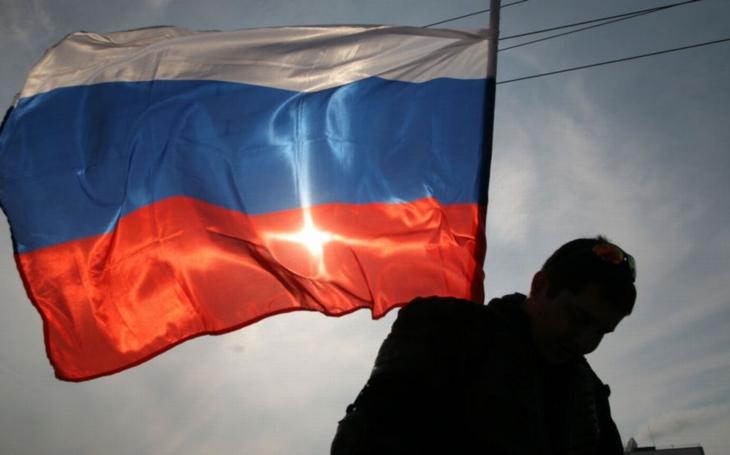 Další průšvih ve Varech – místo české vlajky ruská. Po náccích šířili svou propagandu Rusové. Proč ignorují historickou pravdu?