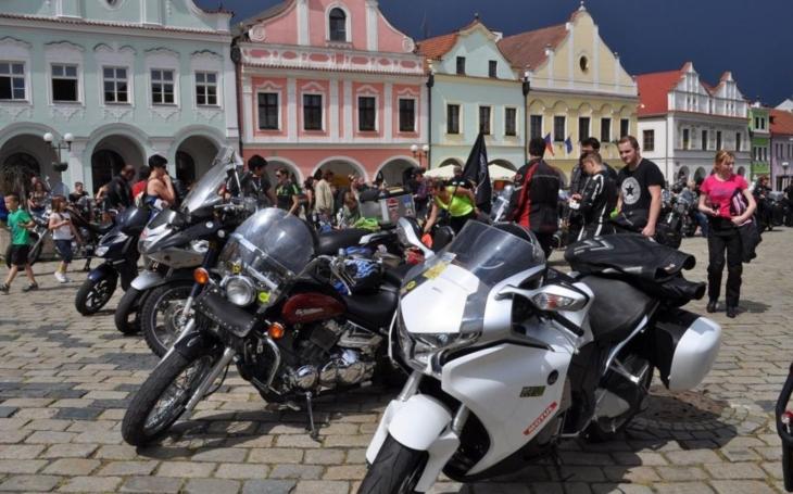 Motorkářům a jejich strojům požehná Ján Augustín Grambal z Počátek. Tvrdí chlapi budou vybírat na léčbu malé Nely