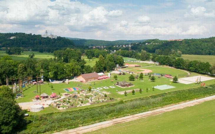 Hlubocký sportovně relaxační areál zve do nového Dětského lanového parku Lanáček. Je přístupný již od šesti let