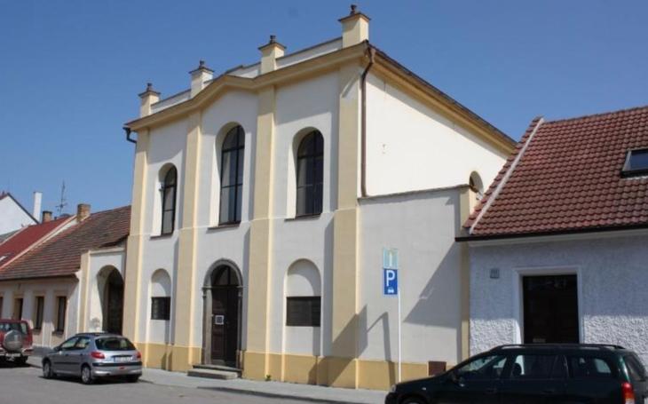 Výstava v budově bývalé synagogy ve Vodňanech navrací obětem tváře. Připomíná výročí transportu většiny židovských obyvatel do Terezína