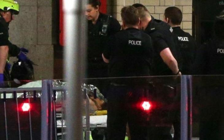 K útoku v Manchesteru se přihlásil Islámský stát a policie zatkla prvního podezřelého. Nové informace