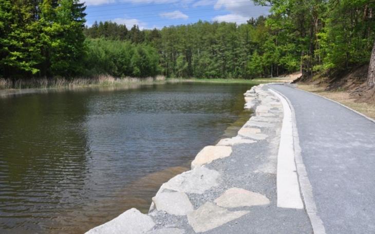 Třemošenský rybník má nové břehy a vstupy do vody.  K odpočinku budou sloužit lavičky na opěrných zídkách