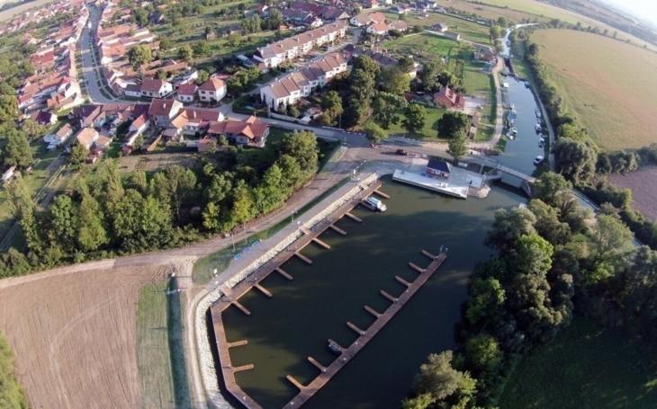 Přístav Petrov na Baťově kanálu má dvě novinky – velký jeřáb pro zdvih lodí a unikátní člun pro vozíčkáře