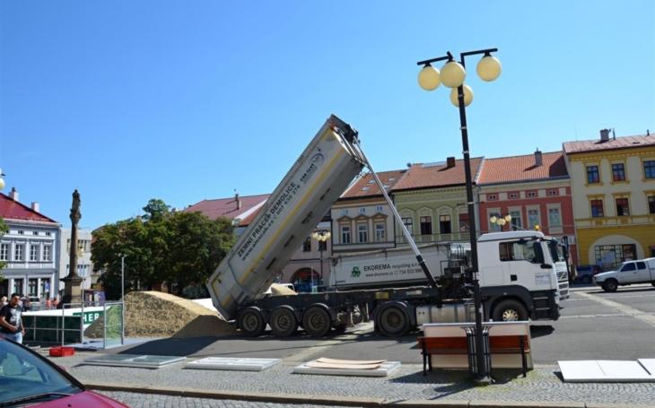 Na náměstí ve Valašském Meziříčí vyrostl plážový volejbalový kurt. Veřejnost si ho bude moci užívat dva měsíce