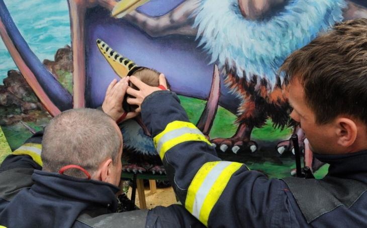 To nevymyslíš. Podívejte, co museli řešit pražští hasiči o víkendu – malý chlapec málem přišel o hlavu