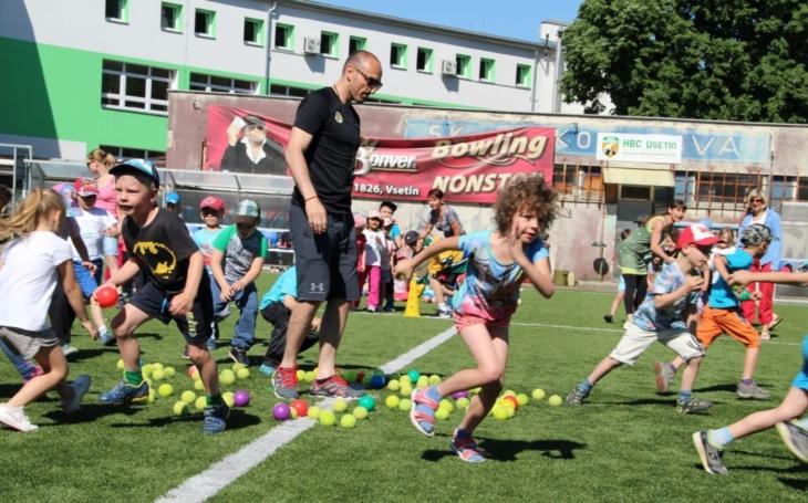 Děti z osmi mateřských škol sportovaly se vsetínskými hokejisty. Drobnou odměnu si odnesl každý