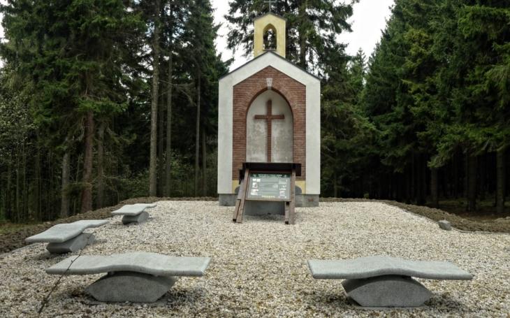 Novou lesní kapli na místě původní v bývalé osadě Kámen postavily Lesy ČR. Vysvětí ji kraslický děkan a vikář Peter Fořt