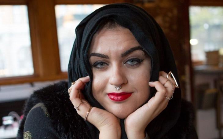 Jak se žije na hranici mezi dvěma zcela odlišnými kulturami? Mezi svými to mladé muslimky nemívají lehké, v 'západním' domově leckdy ještě horší