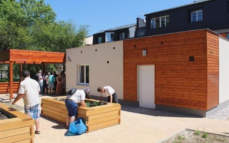 Chebská komunitní zahrada prošla rozsáhlými úpravami. Pořízeny byly i vyvýšené záhony, u nichž mohou pracovat vozíčkáři