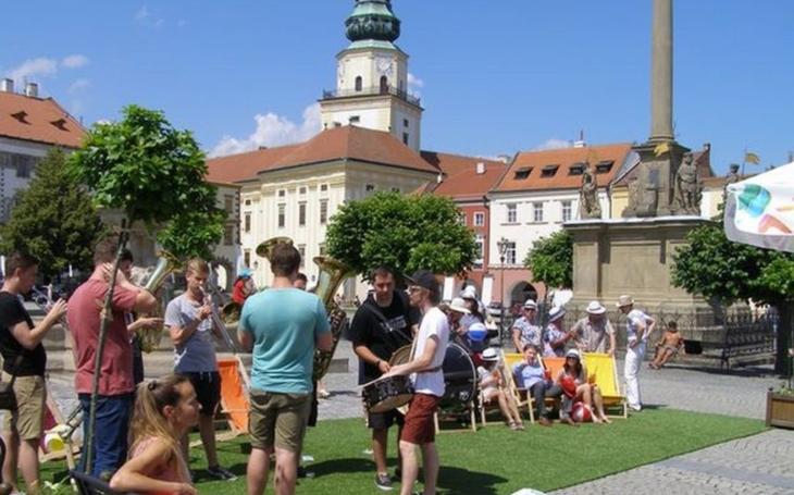 Kroměříž otevřela relaxační a sportovní zónu na Velkém náměstí. Až do konce prázdnin nabídne bohatý program