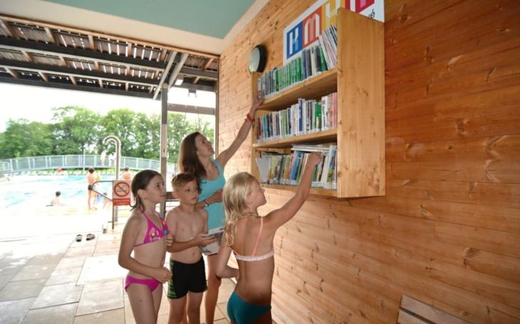 Pobyt na královéhradeckém koupališti Flošna ode dneška zpříjemňují knížky z městské knihovny