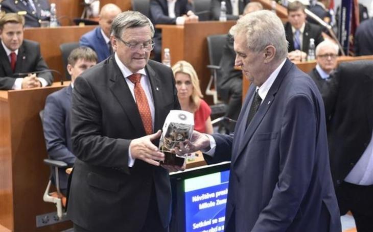 Prezident Miloš Zeman dostal při na návštěvě kraje od hejtmana Běhounka kolekci skla od mistra skláře Víznera