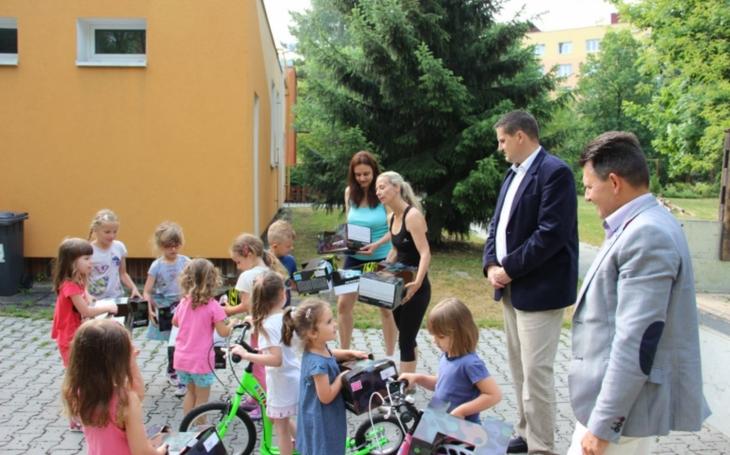 V rámci dopravní výchovy dostaly děti z plzeňských mateřských škol koloběžky a helmy