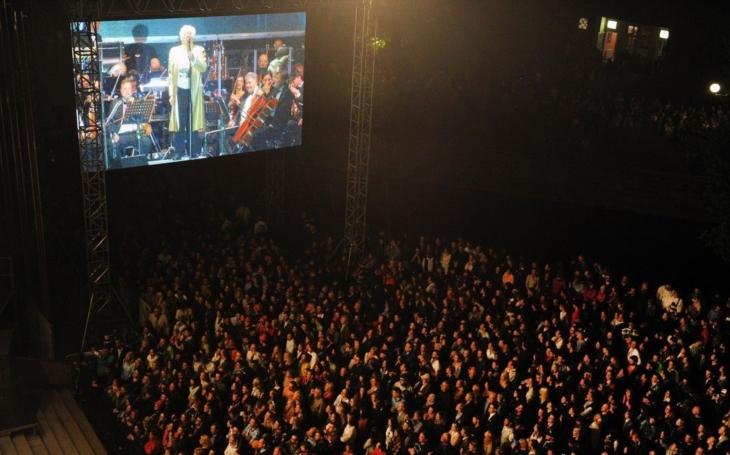 Bartoškův skutečný týden neklidu. Nekonečné fronty, všudypřítomný byznys a děsivý nepořádek na festivalu