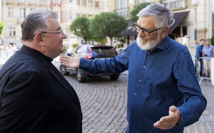 Panebože. Do Varů přijel i kardinál Duka. Obědval s Bohem nikotinu Bartoškou. Politici zase přijeli lovit hlasy, prezidentští kandidáti podpisy
