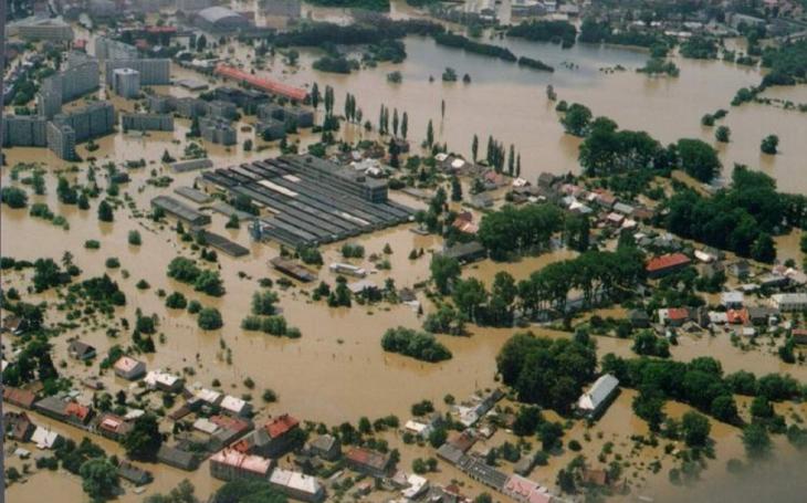 Před dvaceti lety tu zabíjela velká voda. V Olomouci tvoří pamětní stěnu z autentických dobových fotek