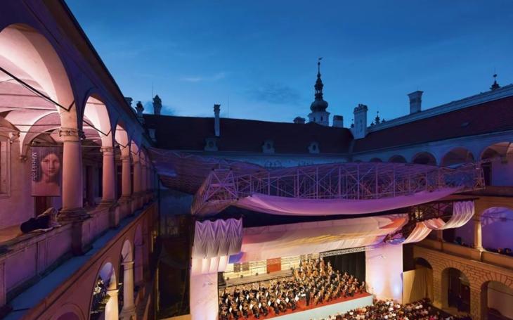 Jedna hvězda předávala štafetu druhé. Letošní 59. ročník festivalu Smetanova Litomyšl je minulostí. Navštívilo ho přes dvacet pět tisíc lidí