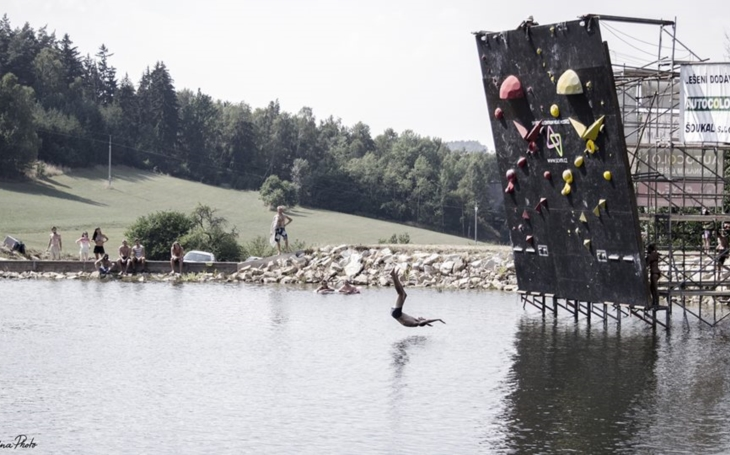 Nad vodou, bez jištění a ve výšce devíti metrů. Ve Velkém Meziříčí proběhne nevšední lezecký závod