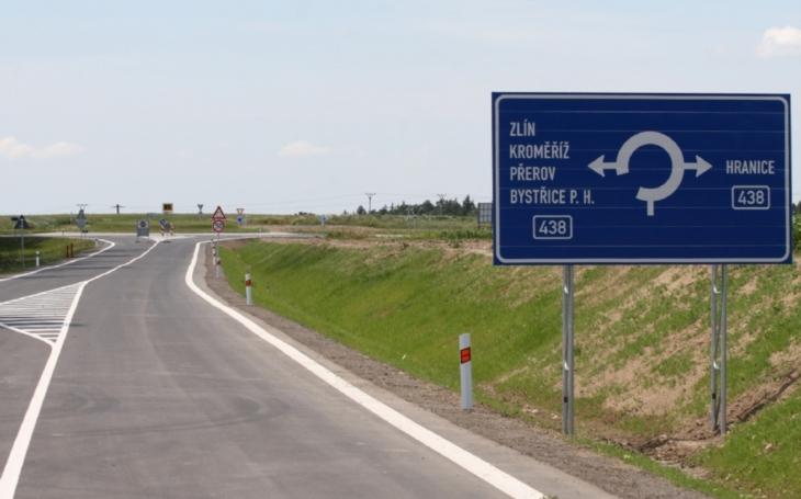 Řidiči se už nebudou muset obtížně orientovat. Nový kruhový objezd zjednoduší cestu do Hostýnských vrchů nebo na Svatý Hostýn