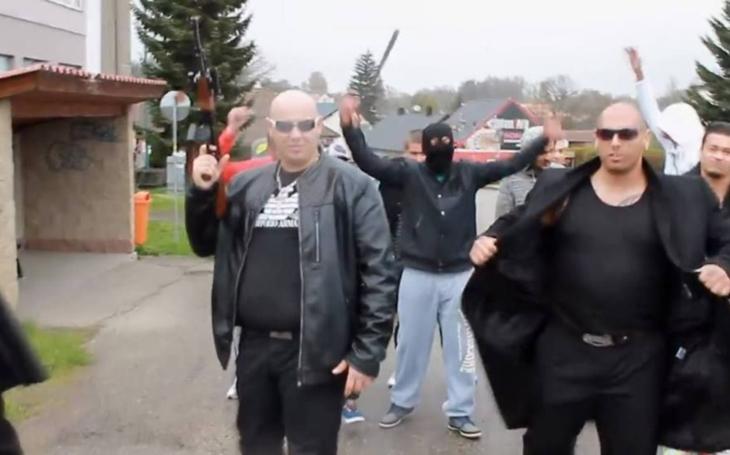 Jebu všechny zm*dy, vytáhnu na ně kalach… Romové založili bezpečnostní firmu a jejich propagační video smetlo internet
