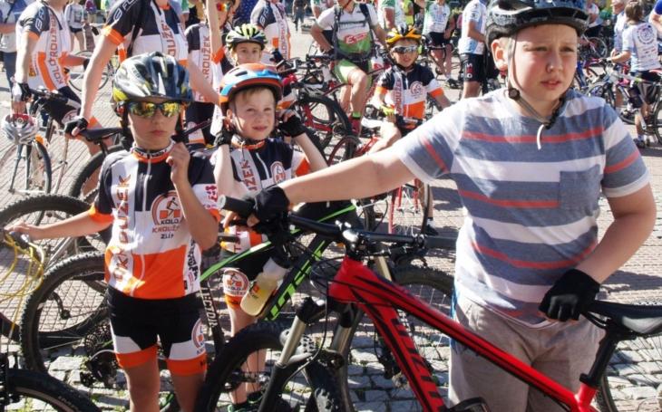 Dospělí cyklisté, nestyďte se nosit přilbu, může vám na silnici zachránit život… Do osvětové kampaně se letos zapojil také Zlín