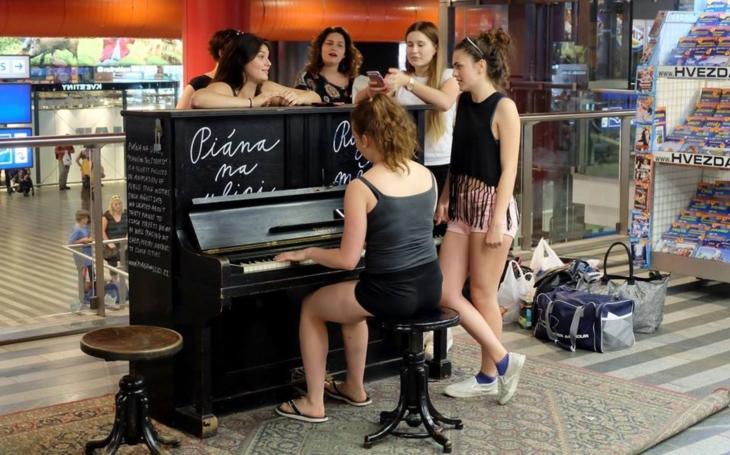 Hezké. Už jste se někdy cestou po náměstí zastavili a poslouchali piano? V Novém Jičíně je klavír až do října, koupila ho jedna rodačka