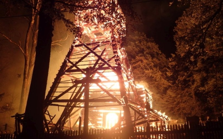Taková škoda. Při požáru byl kompletně zničen nádherný dřevěný kostel ze 16. století v Třinci-Gutech. Případ už šetří policie