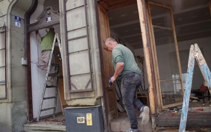 Řeknete obyčejná okna. Pokud jsou ale v památkové zóně, není to tak jednoduché. Rekonstrukce architektonicky zajímavých a vzácných oken a výkladů právě probíhá v Českém Těšíně